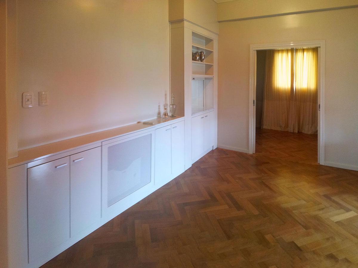 Mueble en comedor incluyendo radiador y pasaplatos