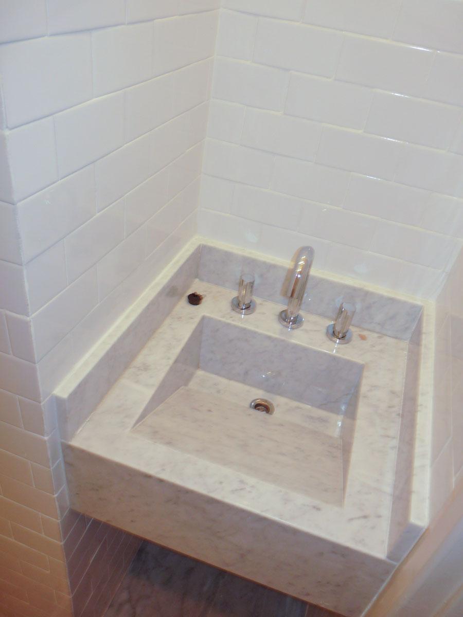 Lavabo del baño de servicio en Carrara