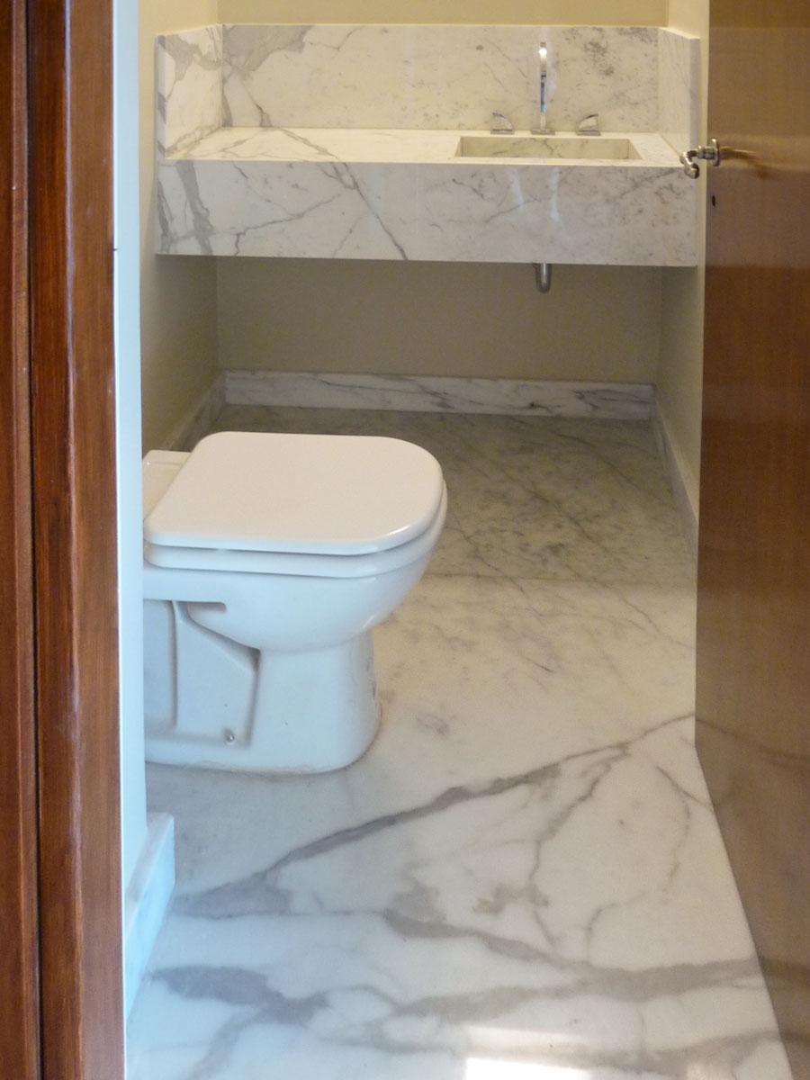 Piso del toilette en mármol Calacatta